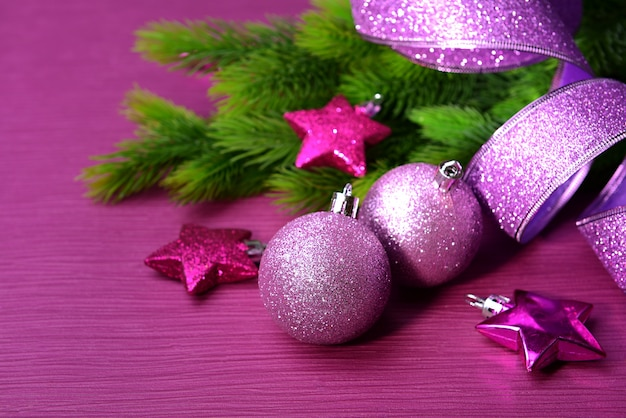 Kerstballen op dennenboom