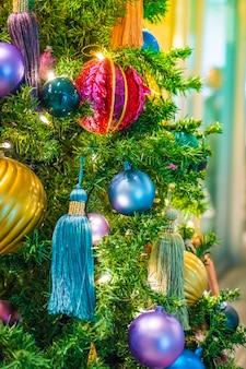 Kerstballen op een kerstboom en gekleurde kwasten