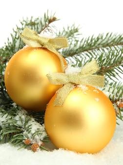 Kerstballen op fir tree met sneeuw, geïsoleerd op wit