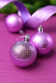 Kerstballen op fir tree, op kleur achtergrond