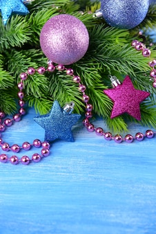 Kerstballen op fir tree