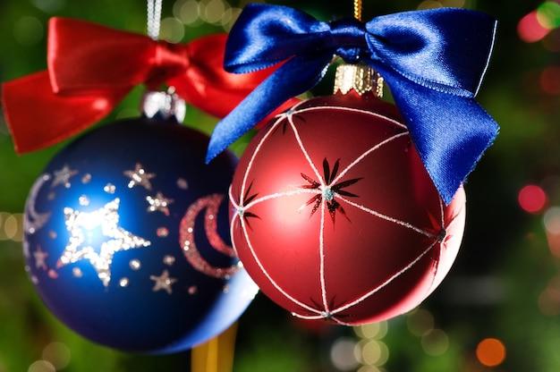 Kerstballen op groene kerstboom achtergrond