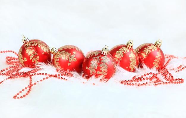 Kerstballen op sneeuw op witte achtergrond.
