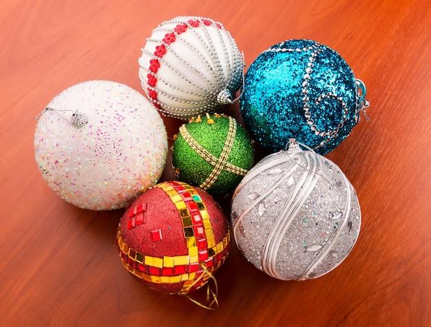 Kerstballen op tafel