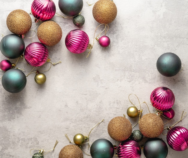 Kerstballen op witte betonnen achtergrond
