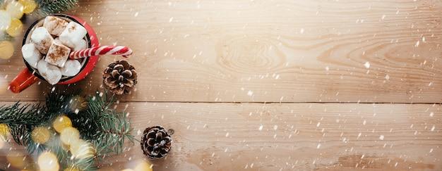 Kerstbanner met marshmallow hot chocolote houten sneeuwvlokken en kerstboomtakken