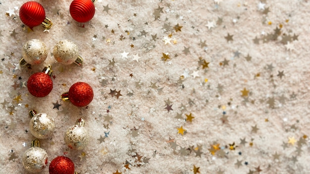 Kerstbanner met rode en zilveren kerstballen, sneeuw en stervormige glitter