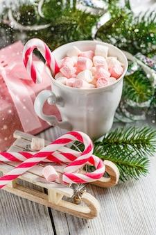 Kerstbeker met kleine marshmallows en snoepgoed