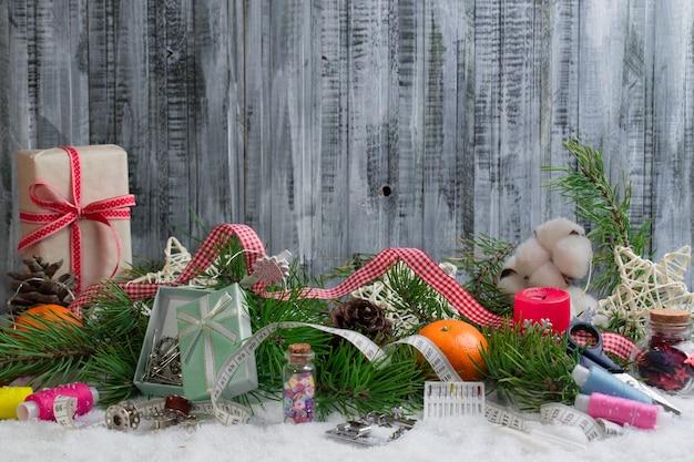 Kerstbenodigdheden met geschenken en decoraties