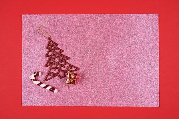 Kerstbenodigdheden op een roze glinsterende achtergrond. hoge kwaliteit foto