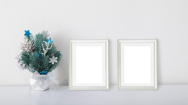 Kerstboeket met dennentakken in een pot met twee frames