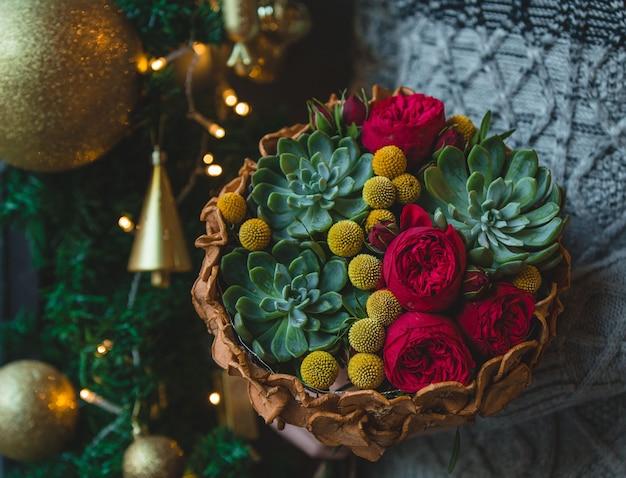Kerstboeket met suculentus en rozen
