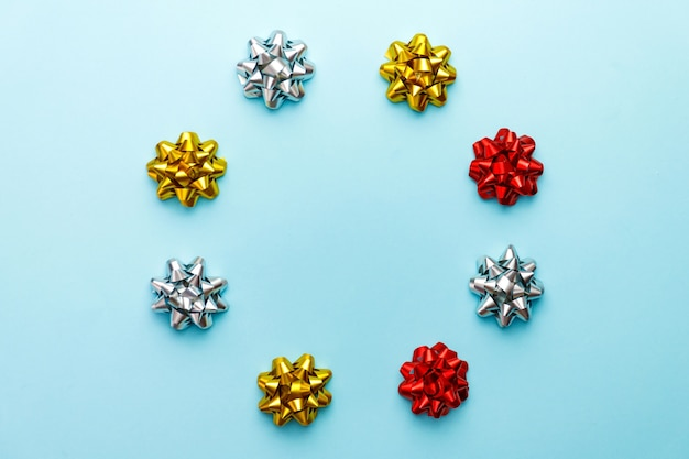 Kerstbogen op blauw. decoraties voor vakantie of feest.