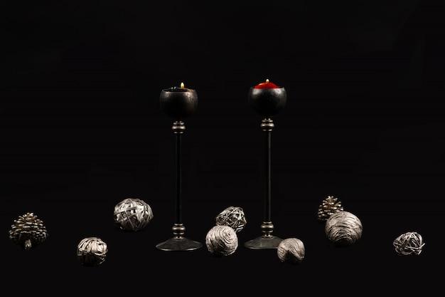 Kerstbomen en kaarsen op zwarte achtergrond
