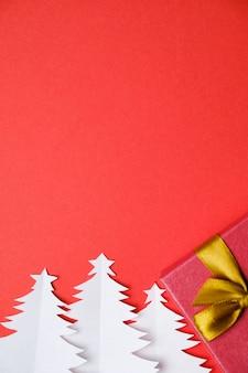 Kerstbomen gesneden uit wit papier en cadeau