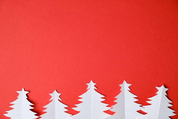 Kerstbomen gesneden uit wit papier
