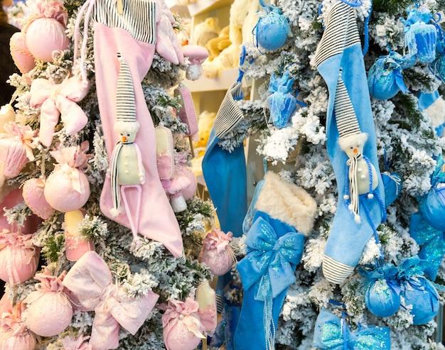 Kerstbomen met blauwe en roze decoratie, nieuw jaar decoratief ontwerp. winter vakantie feest