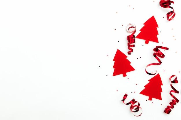 Kerstbomen met rode linten en glitter sterren op witte achtergrond.