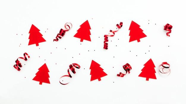 Kerstbomen met rode linten en glittersterren
