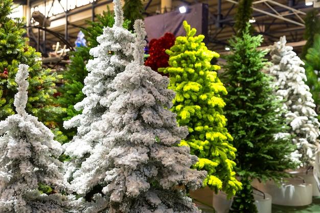 Kerstbomen met sneeuwdecoratie, nieuw jaar. traditionele viering van de wintervakantie