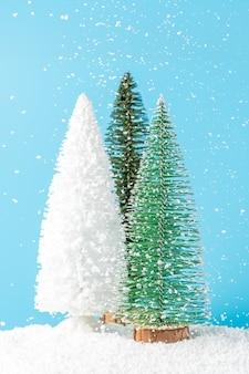 Kerstbomen onder sneeuwval op blauw