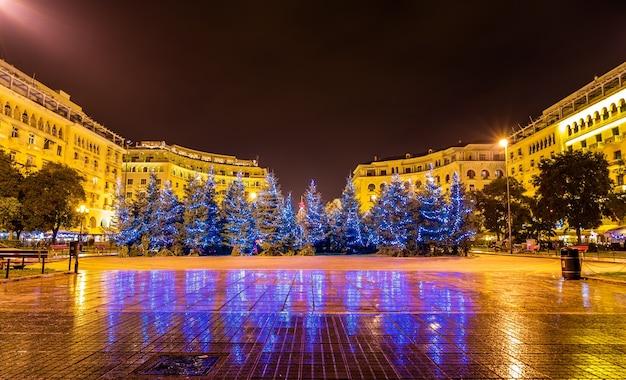 Kerstbomen op aristoteles-plein in thessaloniki - griekenland