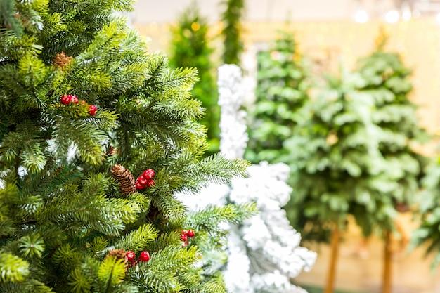 Kerstbomen versierd met kegels, nieuwjaar. traditionele viering van de wintervakantie. vrolijk kerstfeest