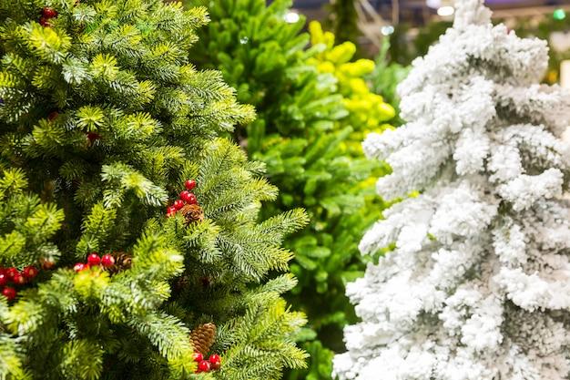 Kerstbomen versierd met kegels, nieuwjaar