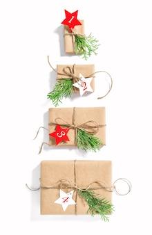 Kerstboom adventskalender. nul afval geschenkdozen op witte achtergrond