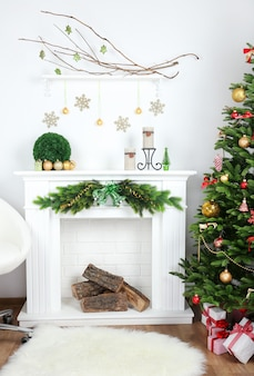 Kerstboom bij open haard in kamer