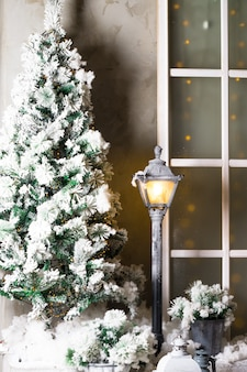 Kerstboom buiten in de sneeuw