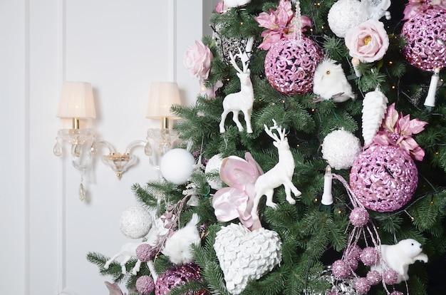 Kerstboom close-up versieren.