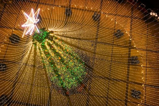 Kerstboom. de belangrijkste kerstboom van oekraïne op het sofiyivska-plein. uitzicht vanaf de drone