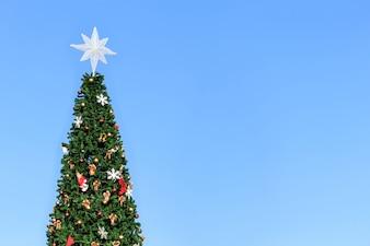 Kerstboom en blauwe hemel