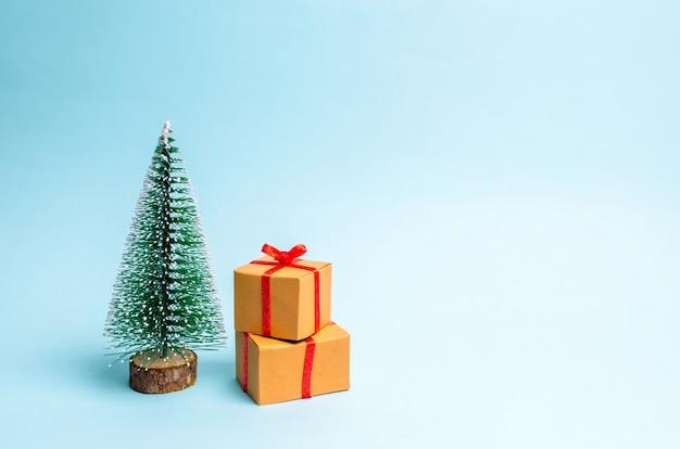 Kerstboom en cadeau op een blauwe achtergrond. minimalisme.