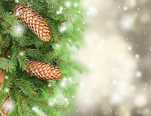Kerstboom en dennenappels op grijze feestelijke achtergrond met glitters
