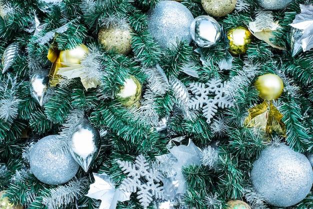 Kerstboom en geschenkdoos op groen.
