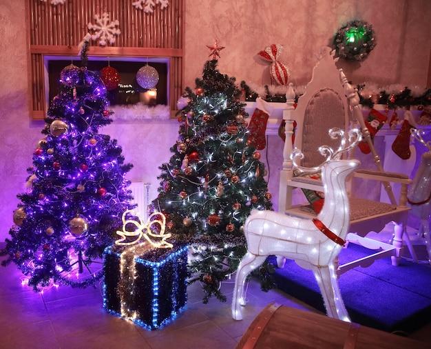 Kerstboom en geschenkdozen in de gezellige huiskamer op kerstavond