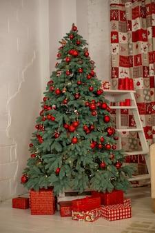 Kerstboom en geschenken. gezellig nieuwjaar interieur.