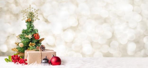 Kerstboom en giftdoos bij onduidelijk beeld bokeh licht