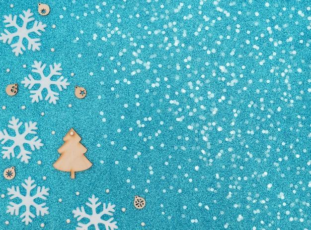 Kerstboom en houten decoraties met sneeuwvlokken en kralen