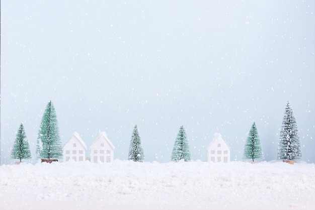 Kerstboom en huis met sneeuw vorst veld van natuurlijke landschap achtergrond voor viering en gelukkig nieuwjaar.