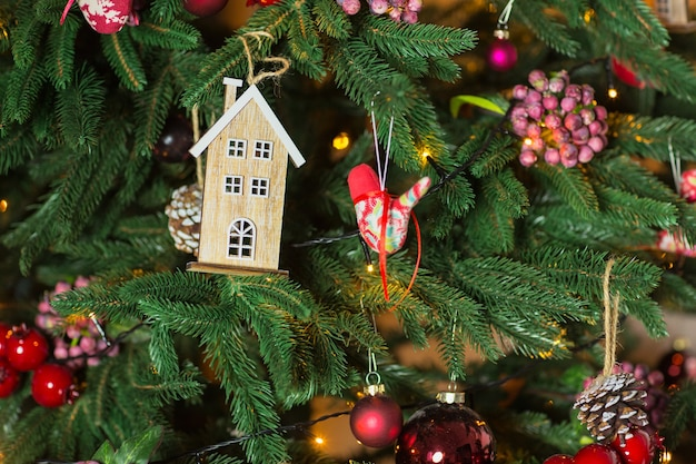 Kerstboom en kerst- en nieuwjaarsversieringen. detailopname