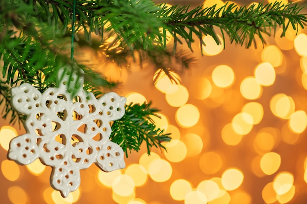 Kerstboom en kerstdecoratie met sneeuwvlok op gouden bokeh