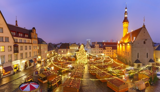 Kerstboom en kerstmarkt op het stadhuisplein in tallinn, estland. luchtfoto