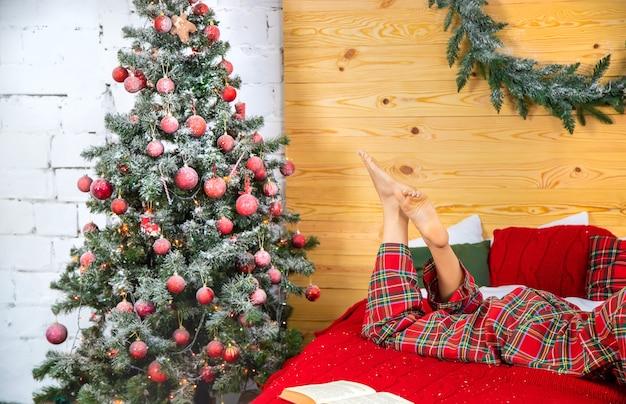 Kerstboom en meisje in pyjama. selectieve aandacht. vakantie.