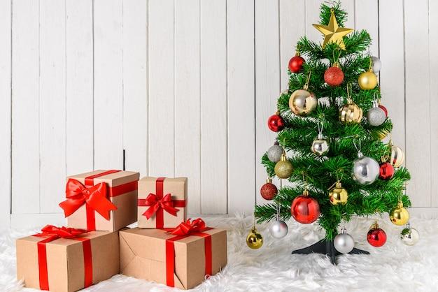Kerstboom en ornamenten met geschenkdozen