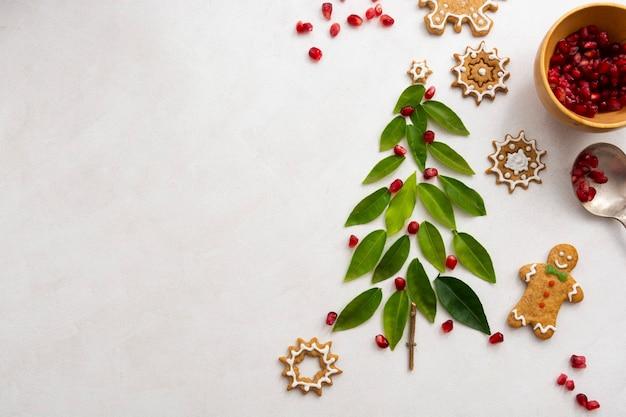 Kerstboom en peperkoek. groene bladeren en granaatappel