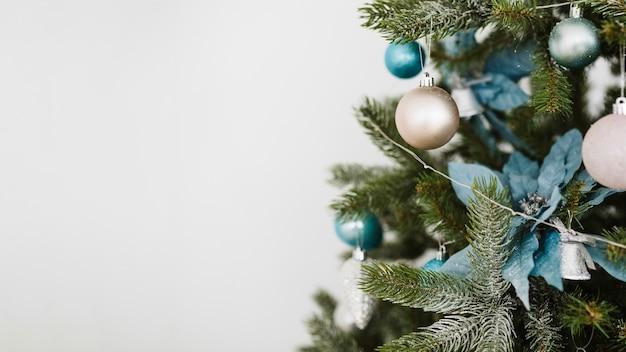 Kerstboom en ruimte aan de linkerkant