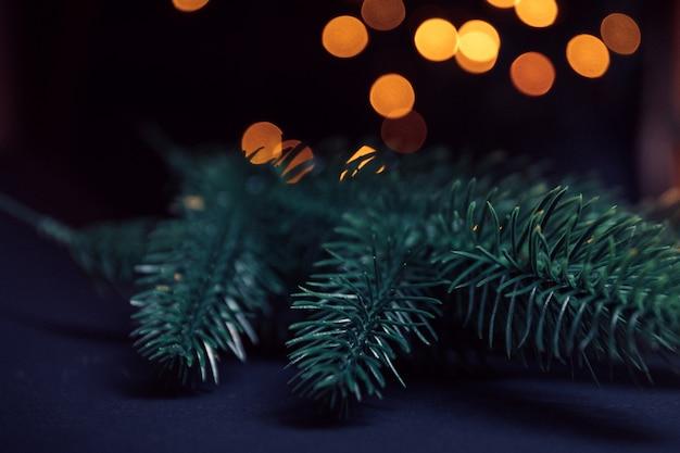 Kerstboom en schitteren bokeh lichten. vrolijk kerstkaart. wintervakantie thema. gelukkig nieuwjaar. ruimte voor tekst